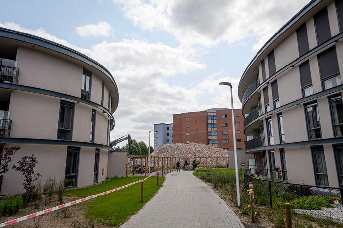 Oud en nieuw: de twee nieuwe gebouwen op de voorgrond, op de achtergrond het puin van de gesloopte Van Wezelflat.