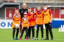 Publiek was er helaas niet bij in Emmen, maar Arjen Robben ging na de wedstrijd nog wel even op de foto met de ballenjongens.   during the match Emmen - Groningen