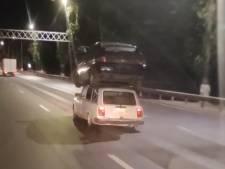 Il transporte une Lada sur le toit de sa voiture