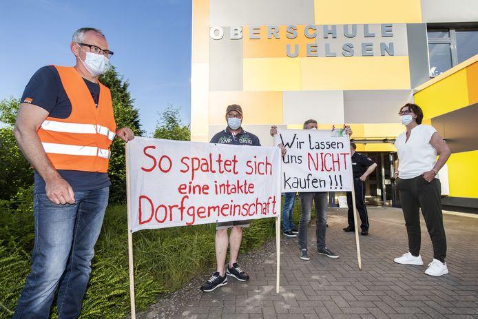 Duitse en Nederlandse inwoners strijden tegen de plannen voor de plaatsing van dertien windmolens bij de grens.