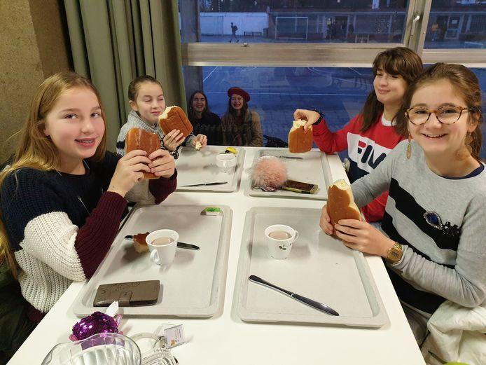 Leerlingen De Keiwijzer ontbijten voor Make a Wish.