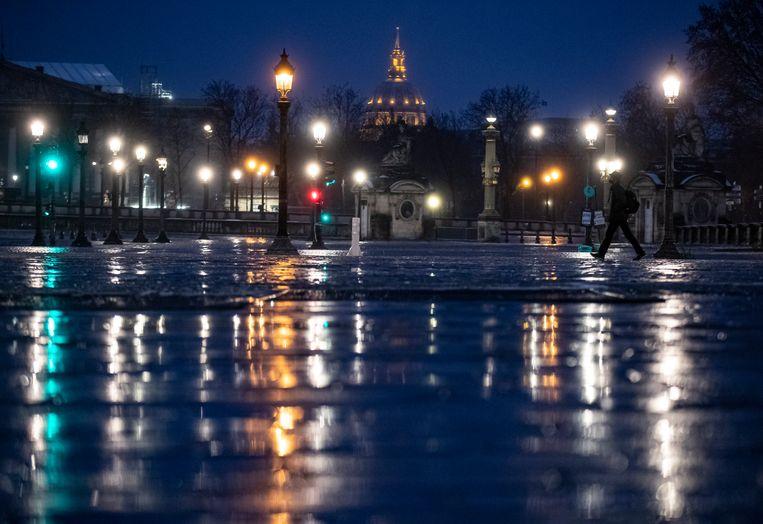 Place de la Concorde in Parijs. In Frankrijk is de avondklok vervroegd naar 18 uur.  Beeld EPA