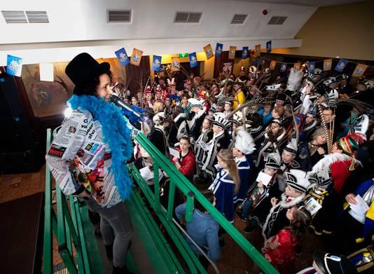 Irene van de Ven in het met krantenpapier versierde ED-carnavalspak.