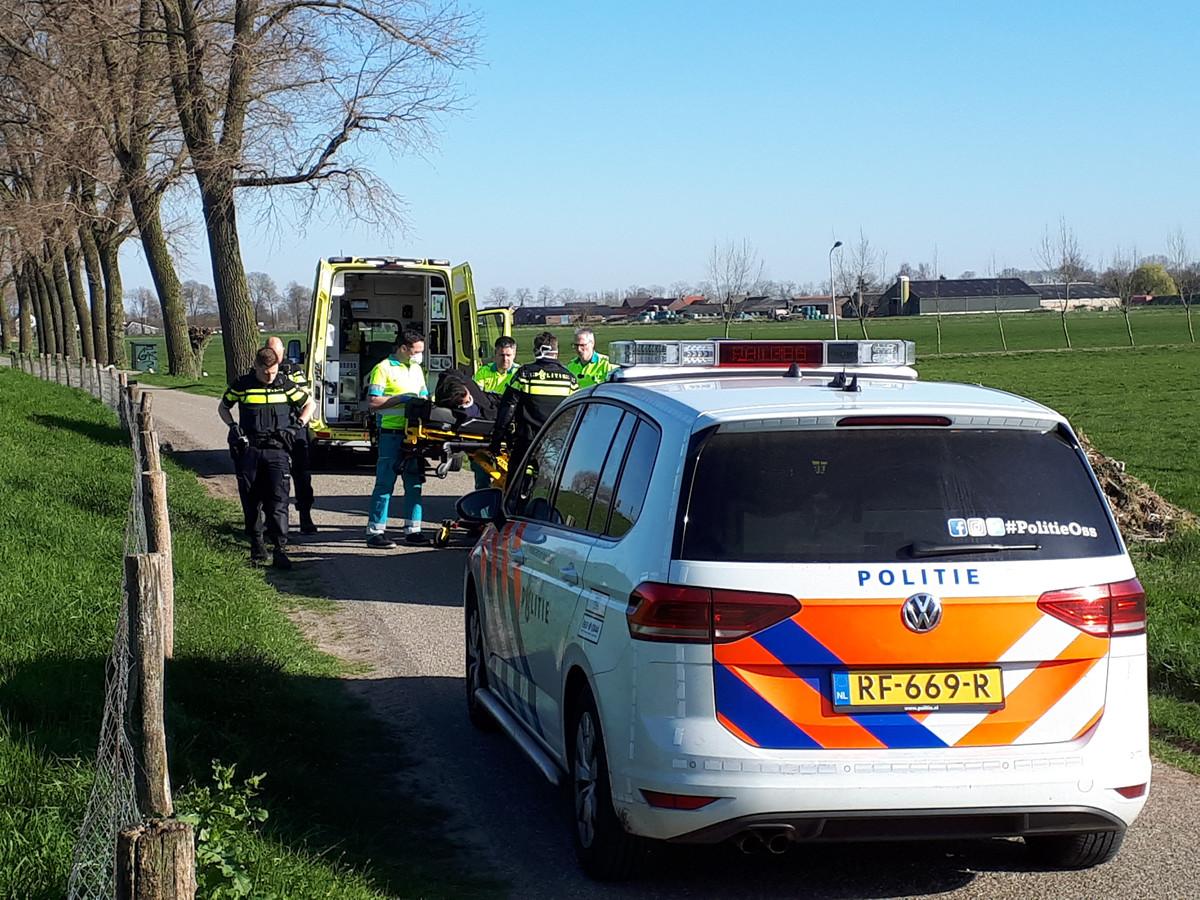 De verdachte raakte bij de steekpartij zelf ook gewond. Hij werd aangehouden op een veld bij de Onderweg in Haren en geboeid afgevoerd naar het ziekenhuis.