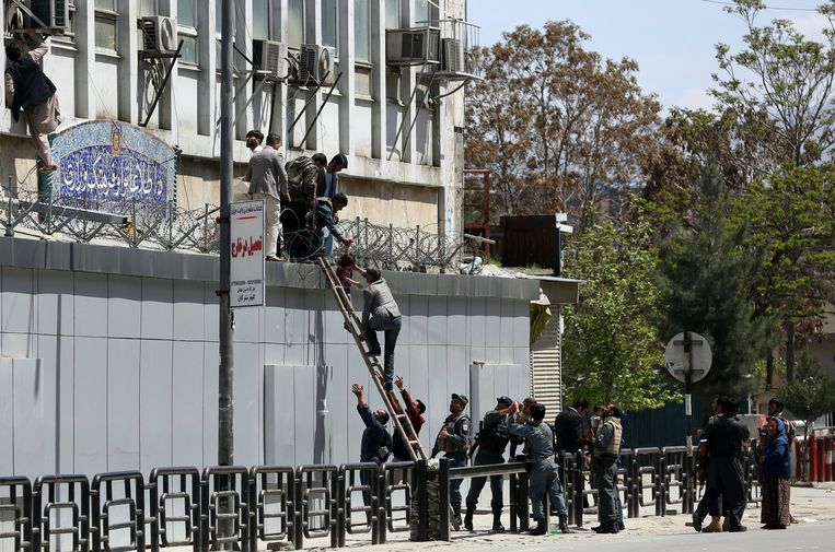 Na de aanval brak paniek uit in het ministerie. De politie probeerde zo veel mogelijk aanwezigen de redden. Beeld AP