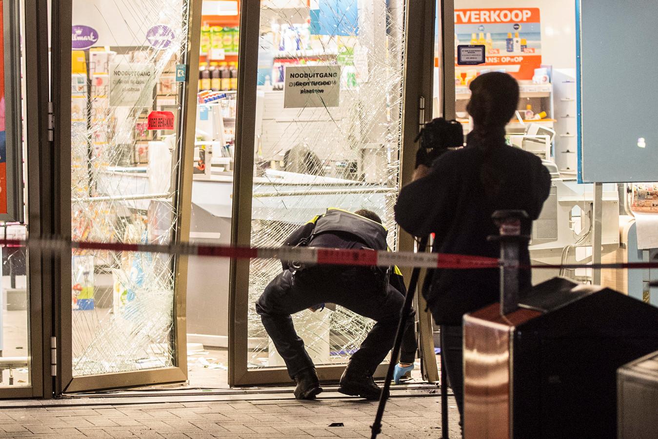 De politie onderzoekt één van de plofkraken, bij de Albert Heijn aan de Goylaan in Utrecht.