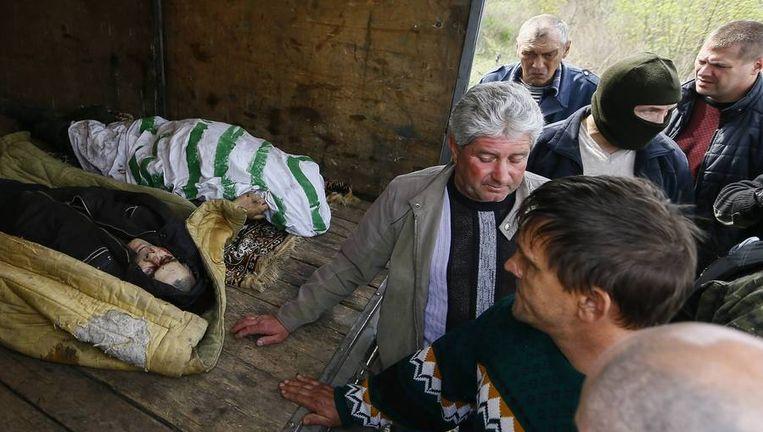 Slachtoffers van het vuurgevecht van afgelopen nacht in Slavjansk. Beeld reuters