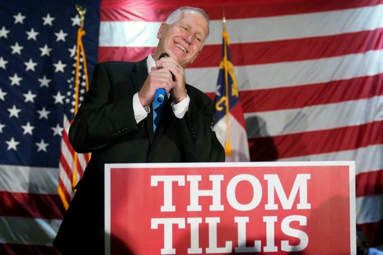 De Republikeinse senator Thom Tillis viert zijn herverkiezing in North Carolina. Beeld AP