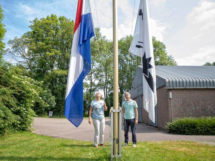 Ter nagedachtenis van een verdronken roeier eren voorzitter Willemien Agterof en Ton ten Have hem.