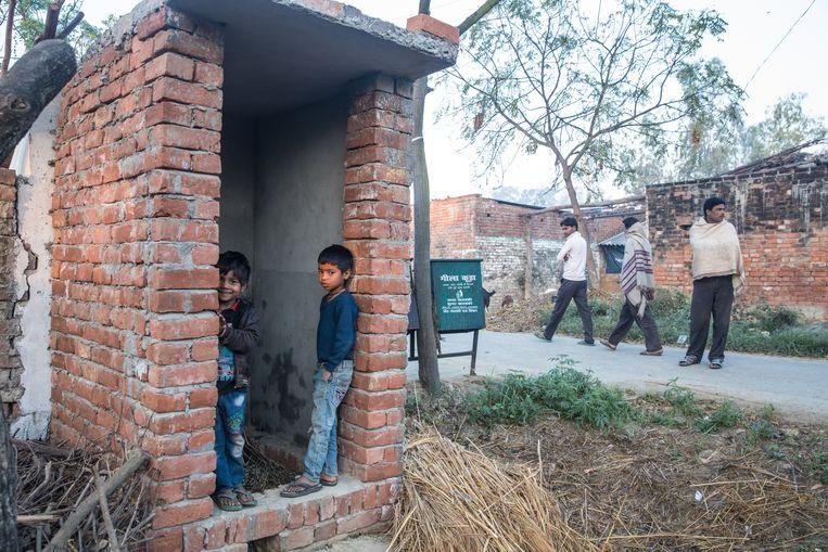 Wc in aanbouw in Gunjauly in het district Barabanki, Uttar Pradesh, India.  Beeld MARLENA WALDTHAUSEN