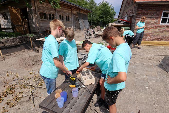 Leden van Jeugdraad Best bouwen insectenhotels op Campus Vitaal.