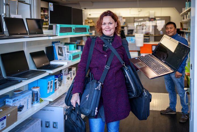 """Miranda de Haas is 'ervaringsdeskundige armoede en sociale uitsluiting'. Bij Stocklots'in Meppel krijgt ze zeven laptops om aan Meppelers in  armoede te geven. 'Door corona zag je de digitale kloof, probeer je administratie maar eens te doen als je geen laptop kunt betalen en je niet bij de computers in de bieb terecht komt omdat die dicht is""""."""