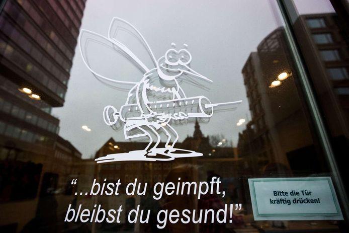 """""""Ben je ingeënt, dan blijf je gezond"""", zo staat op de deur van een dokterskabinet in Hamburg. Twee weken geleden overleed in Berlijn een baby aan de mazelen."""