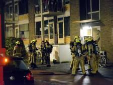 Zwaargewond slachtoffer van woningbrand eindigt liggend in regen op stoep en ambulance mocht er niet bij