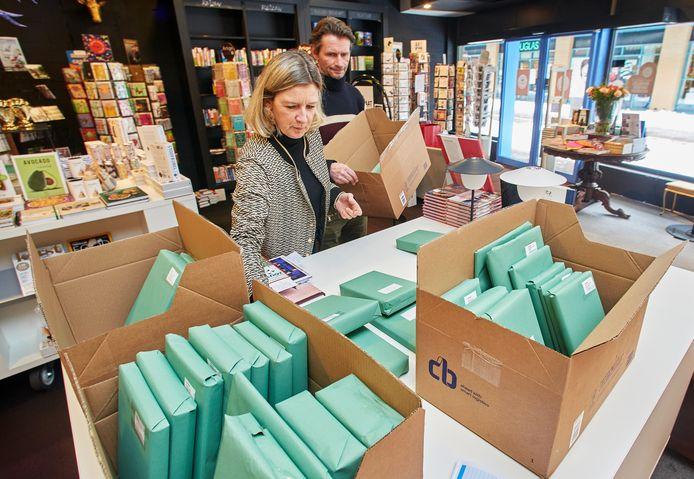 Astrid Derijks zet de bestellingen voor Click & Collect klaar in haar boekenzaak.
