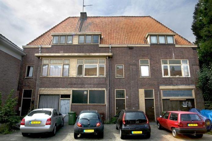 Op de begane grond zijn de oorspronkelijke garage (links) en werkplaats (rechts) nog goed in de gevel herkenbaar. foto Edwin Wiekens/het fotoburo