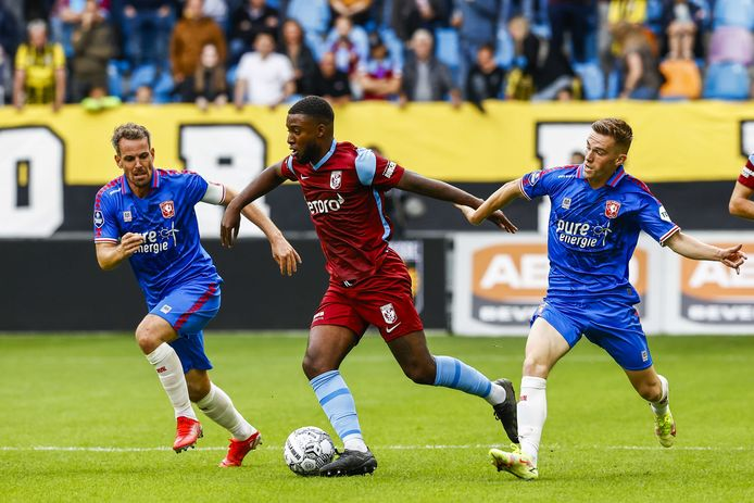 Riechedly Bazoer van Vitesse in het Airborneshirt in actie tegen FC Twente.