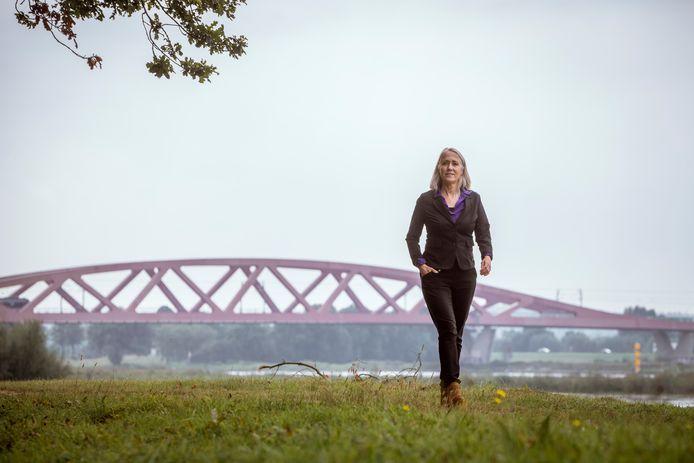 DS-2021-11399  Anja Roelfs op de plek waar ze vaak wandelt, langs de IJssel.