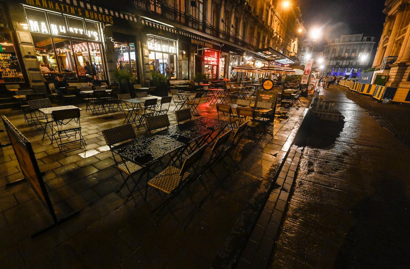 De terrassen rond de Brusselse beurs zijn één grote leegte.
