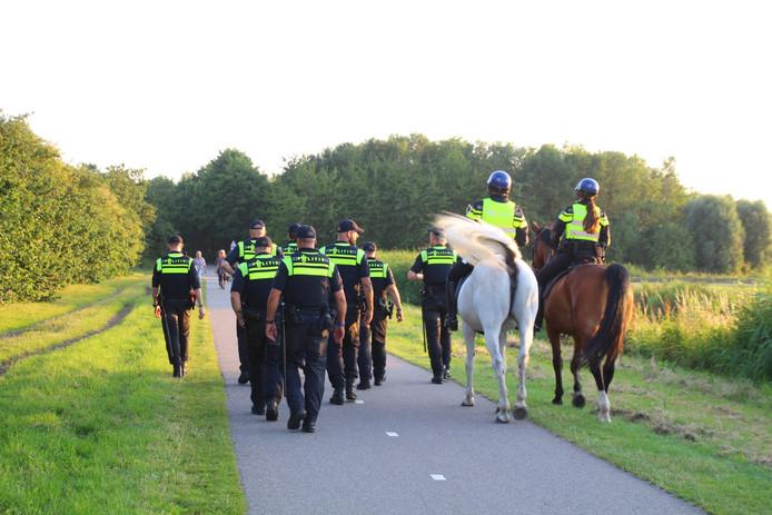 Agenten surveilleren bij Dobbeplas in Nootdorp waar jongeren een feestje gaven.