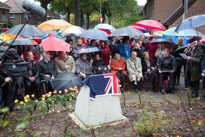 Veel belangstelling voor de onthulling van het monument in Brakkenstein; in oranje mantel Gien de Haan, dochter van Elizabeth Swertz. Foto: Erik van 't Hullenaar