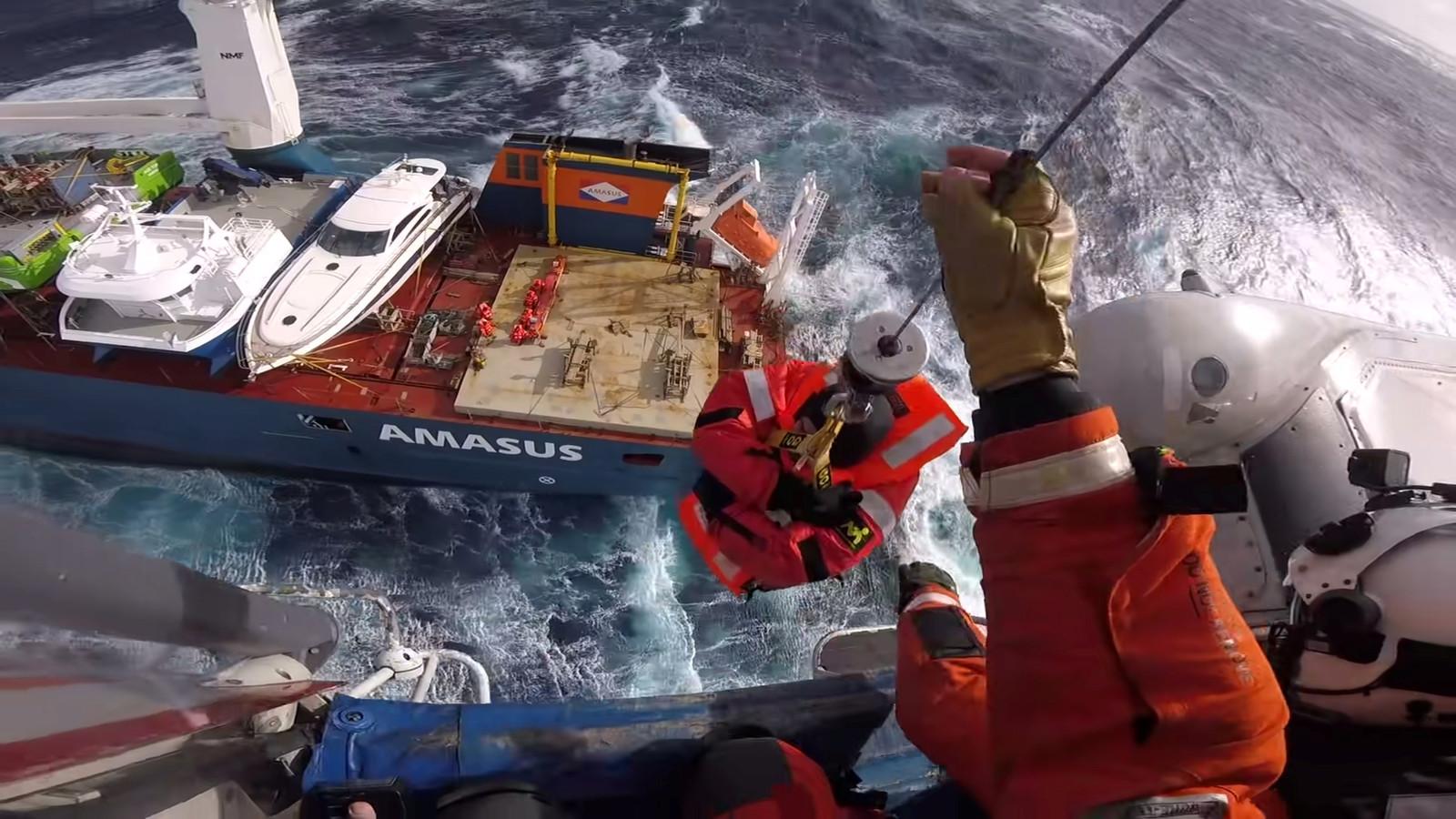 Beelden van een hoofdcamera van een reddingswerker die bemanning van het Nederlandse schip voor de kust van Noorwegen in veiligheid moest brengen.