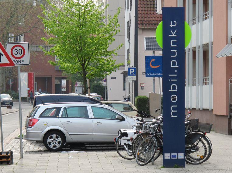 Naar analogie met het mobil.punkt in de Duitse stad Bremen, pleiten Taxistop en Autodelen.net voor MobiPunten bij ons, een plaats waar allerhande voorzieningen samenkomen. Beeld rv