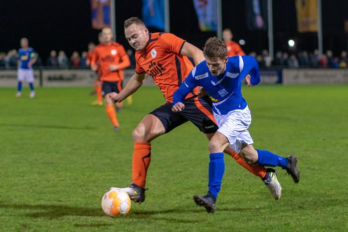 RKHVV'er Danny Bosch (rechts) in duel met Emile Lieuwen van De Bataven in de laatste derby tussen beide ploegen.