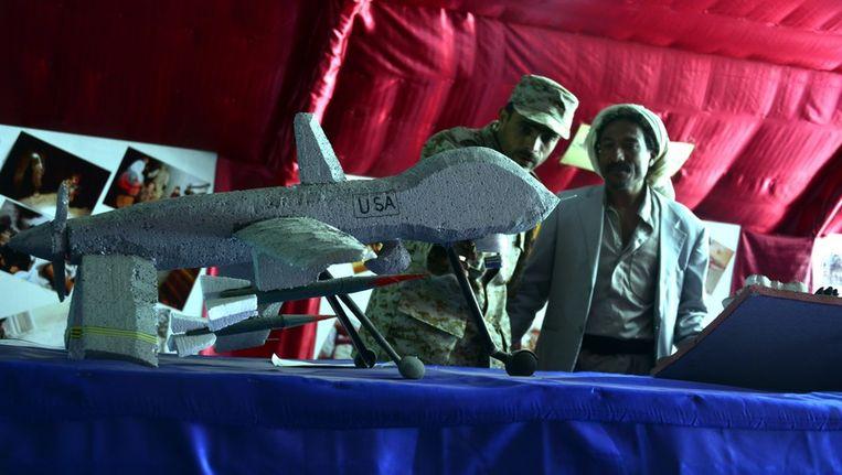 Inwoners van Jemen bekijken een dronemodel tijdens een manifestatie tegen de inzet van Amerikaanse drones in het land. Beeld epa