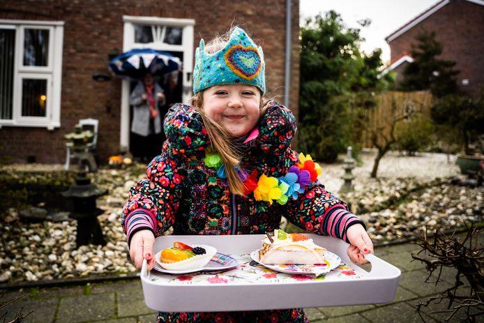 Olivia Braakman, zaterdag 5 jaar oud geworden, gaat bij opa en oma in Oosterbeek langs met gebak, nu zij niet met z'n tweeën bij haar op visite mogen komen.