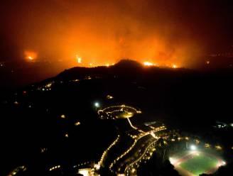 Dorpen omringd door de vlammen op Grieks eiland Euboea, mensen geëvacueerd per boot