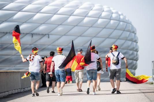 Fans van Duitsland lopen naar de Allianz Arena voor de wedstrijd tegen Portugal. Ook Hongarije komt hier woensdag nog op bezoek.
