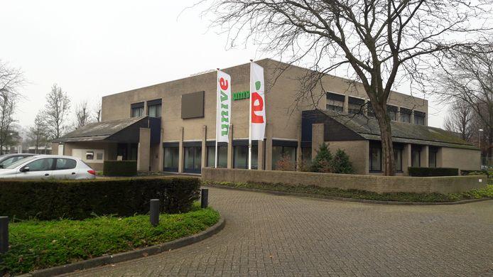 Het Univé-kantoor aan de Kloosterstaat wordt straks het nieuwe wijkhuis van Wouw, de gemeente vind het renoveren van De Geerhoek te duur.