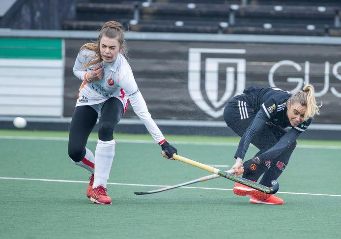 Freeke Moes  van Amsterdam (r), scoort met een geweldige backhand tegen haar oude ploeg Oranje-Rood. Kim Janssens komt te laat.