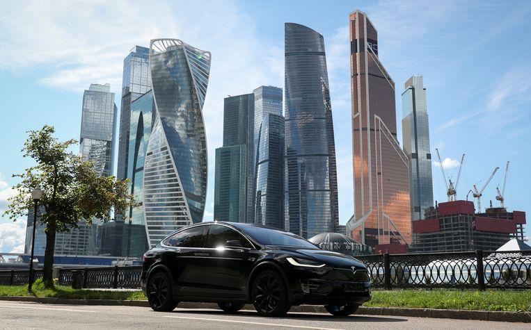 Een Tesla Model X elektrische auto in Moskou.  Beeld Reuters