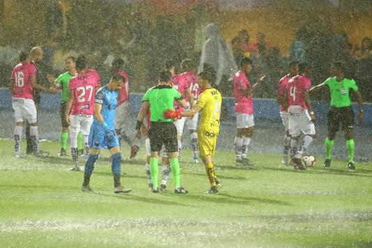Noodweer in Asunción legde het duel een halfuur stil.