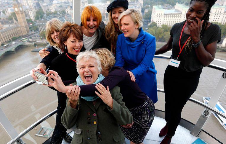 Parlementslid Stella Creasy (in blauwe jas) neemt een selfie met bekende Britse vrouwen tijdens de internationale Day of the Girl in 2014. Beeld REUTERS