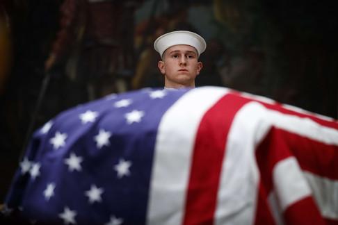 Foto van Publiek brengt laatste groet aan George H. W. Bush in Capitool