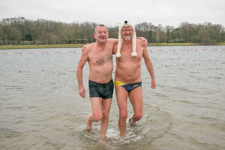 Organisatoren Frederik Wittock en Luc Van Landeghem testen alvast het water uit voor zondag. De watertemperatuur op De Ster bedraagt zo'n 5,5 graden.