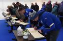 Fans van Leicester City ondertekenen het condoleanceregister in het King Power-stadion.
