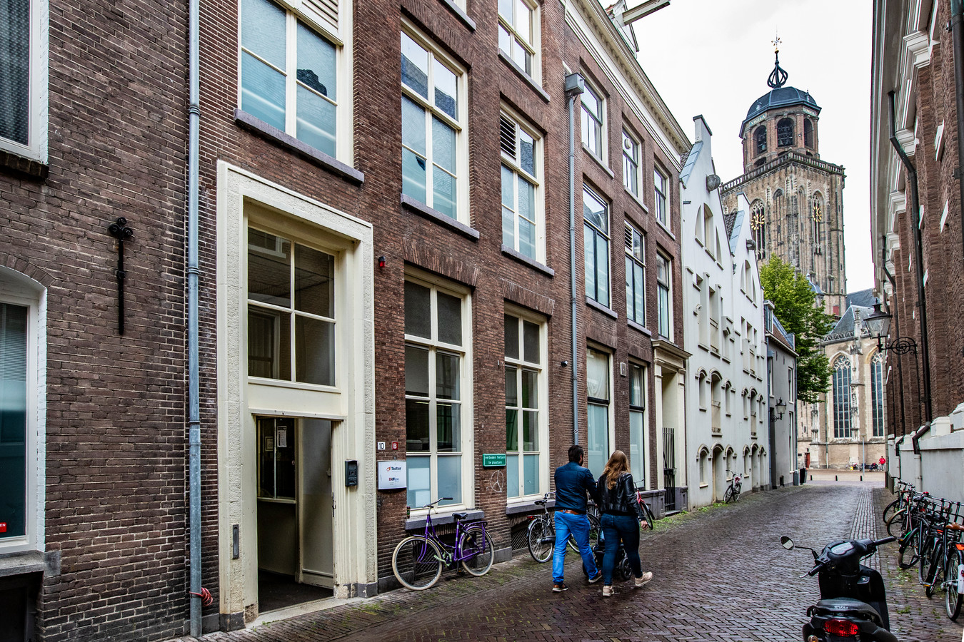 In de crisisopvang in de Polstraat in Deventer zou een 80-jarige man zijn hand onder het jurkje van een 9-jarig meisje hebben laten glijden.