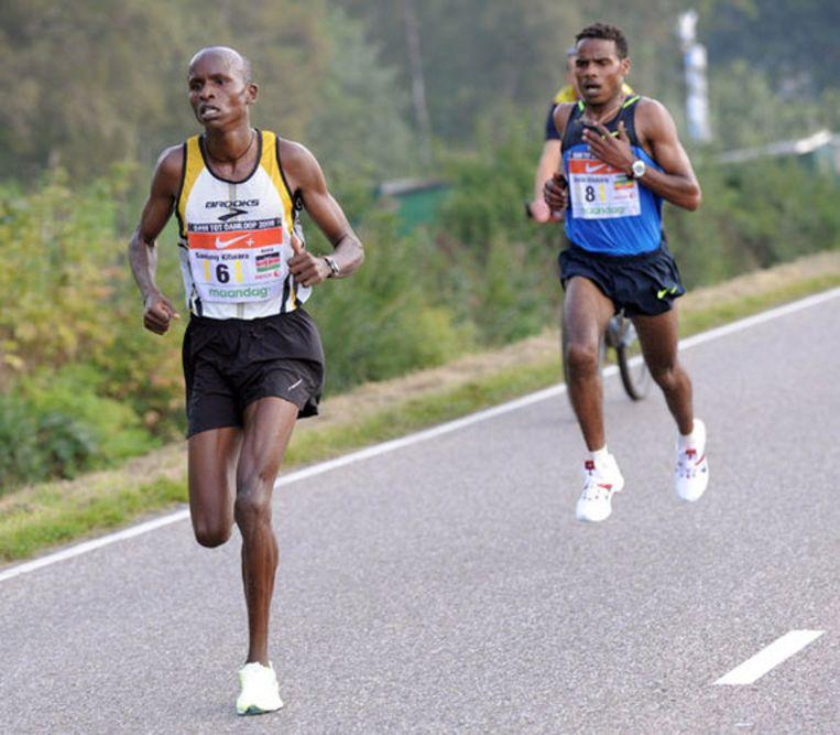 Sammy Kitwara uit Kenia loopt voor Ayele Abshiro naar de finish in Zaandam. Foto ANP Beeld