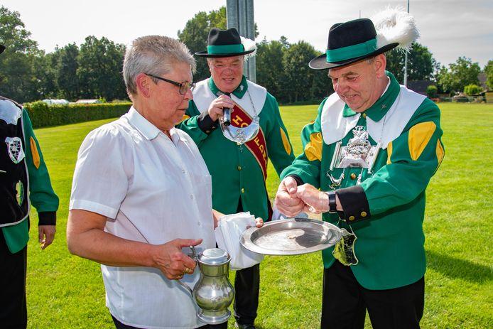 Ed de Laat is de nieuwe keizer van Gilde Sint Joris in Diessen. Hier krijgt hij de traditionele handwassing.
