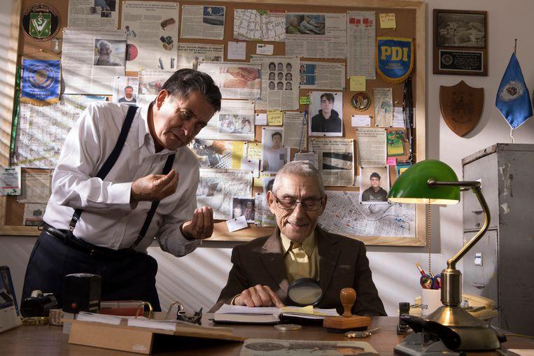 Sergio (zittend) wordt als privédetective ingehuurd door Romulo, de baas van een detectivebureau, om in een verzorgingstehuis te infiltreren. Beeld