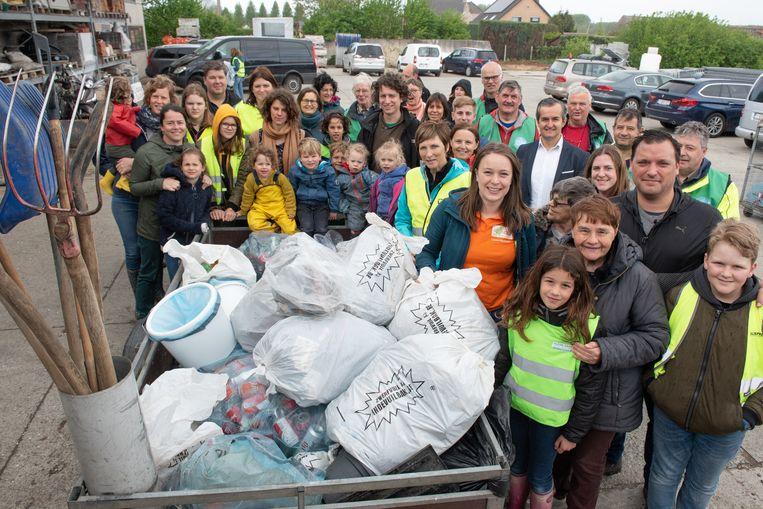 De deelnemers bij een deel van het verzamelde zwerfvuil.