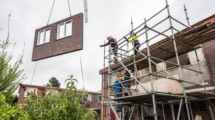 Renovatie van Woonbron-huizen in de Tuinenhoven, een buurt met sociale woningbouw in Rotterdam-Zuid