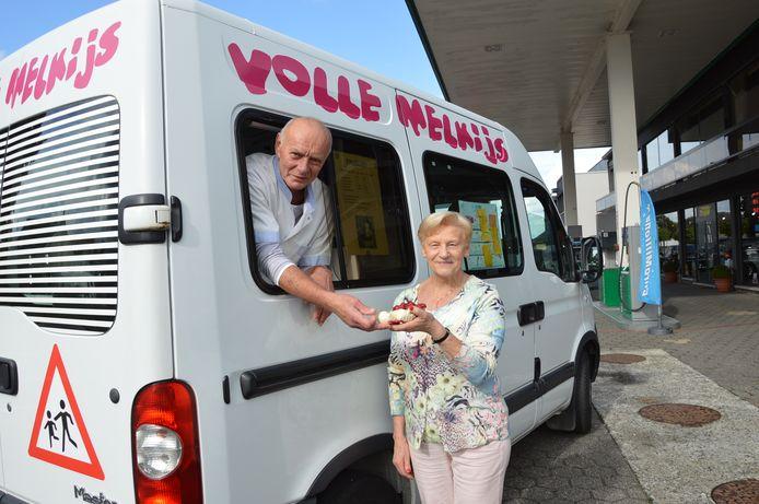 Eddy 'de crèmeman' Kiekens uit Iddergem op zijn laatste ronde met Agnès, één van zijn trouwe klanten sinds zo'n 20 jaar.