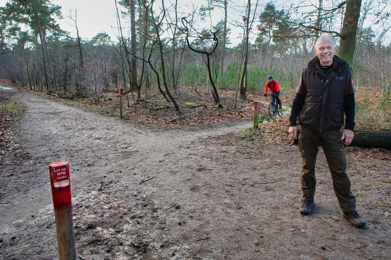 Rob Huijs is een van de mensen verantwoordelijk voor het onderhoud van de MTB routes in de bossen tussen Oosterhout en Dorst. Door de grote drukte, zowel qua mountainbikers als qua wandelaars, is er extra aandacht voor de veiligheid. Door in de bochten de begroeiing laag te houden en op kruisende paden rode paaltjes te plaatsen die waarschuwen voor de routes moeten gevaarlijke situaties voorkomen worden.