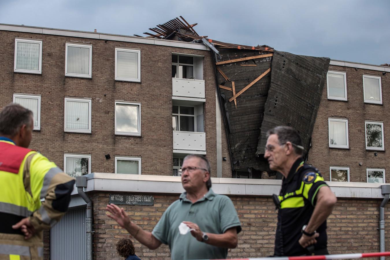 Tiel 18/06/2021 - Stormschade - gedeelte dak van flat weggewaaid Hertog Eduardstraat - code oranje  - tbv Gelderlander - dgfoto - Foto Raphael Drent