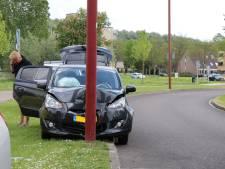Automobiliste vliegt uit bocht en ramt lantaarnpaal in Nieuwegein
